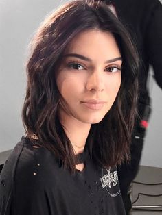 Stop the presses: The Internet is speculating that Kendall Jenner just got a super-short haircut. She's been rocking her wavy lob since last year and hasn't done anything too drastic lately, but the Kardashian-Jenner clan's favorite hairstylist, Jen… Kendall And Kylie, Pelo Kendall Jenner, Kendall Jenner Maquillaje, Kendall Jenner Short Hair, Looks Kylie Jenner, Kardashian Jenner, Kendal Jenner Hair, Kendall Jenner Hairstyles, Kendall Jenner Nails