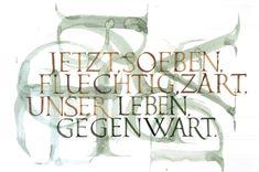 Kalligraphie – was ist das eigentlich? Wörtlich übersetzt bedeutet Kalligrafie 'die Kunst des schönen Schreibens'. Kalligraphie ist jedoch mehr als Schönschreiben. Blickt man in der Kulturgeschichte zurück, so findet man im Zusammenhang mit dem Schönschreiben immer auch einen spirituellen Bezug.
