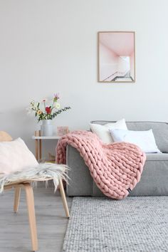 Een mooie roze warme gebreide wollen deken voor de koude dagen in een romantisch Scandinavische woonkamer en interieur.  Meer inspiratie ---->> op het blog
