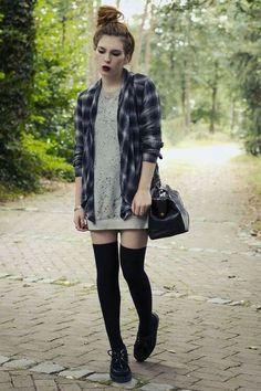 Un vestido corto y calcetas arriba de la rodilla