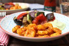 Low Carb Rezepte von Happy Carb: Spicy Garnelen mit Avocado-Joghurt und Röstgemüse - Wenn es im Mund höllisch brennt, dann sind die Garnelen richtig gewürzt.