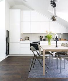 kleine küche mit dachschräge in weiß und kleiner runder esstisch ... - Kleine Küche Dachschräge