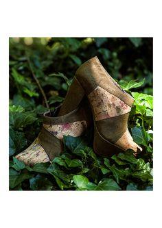 Najha shoes wurde 2006 von der Designerin Daniela Sá gegründet. Für die nach traditioneller Handwerkskunst gefertigte Kollektion kommen nur nachwachsender Kork aus Portugal sowie zertifizierte Bio-Baumwolle zum Einsatz.   Botim FRANCISCA  Saiba mais em www.najha.com