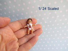 Mam-m-mis Miniaturen    OOAK minaturen Mädchen mit abnehmbaren Nuckel   Größe 3 cm oder 1,1  passt gut für die Puppenstube 1:24   Baby ist sehr