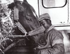 Secretariat flying home to Claiborne at the end of his racing career with his beloved groom Eddie Sweat. I met Secretariat at the Kentucky Horse park as a young girl. It was just before he foundered. All The Pretty Horses, Beautiful Horses, Animals Beautiful, Kentucky Derby, The Great Race, Triple Crown Winners, Sport Of Kings, Thoroughbred Horse, Clydesdale Horses