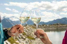 Die besten Tropfen und dazu die Kulisse, das Leben kann wirklich nicht schöner sein. Genuss pur im ADLER INN White Wine, Alcoholic Drinks, Food, Ice Cream Flavors, Homemade Breads, Eagle, Life, Essen, White Wines