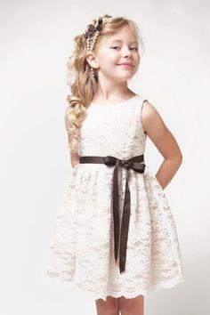 7a8369e1f2f29 Robe de cortège enfant fille courte en dentelle avec ruban Robe Enfant