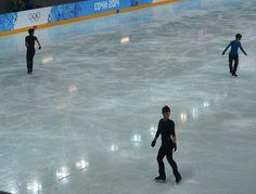 フィギュアスケート男子の練習です。高橋選手は3Aの調子がいまひとつで3度ほど転倒。4回転は、跳ぶごとに十分な回転に近づきました。両脚着氷ながら回りきったものも1、2本あったかと。(後)