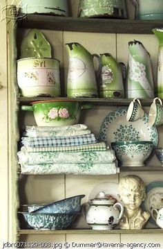 Shabby chic vintage dishes and green granitware and vintage fabric and quilt tops. Vintage Shabby Chic, Vintage Love, Vintage Green, French Vintage, Vintage Dishes, Vintage Items, Vintage Stuff, Deco Champetre, Regal Design