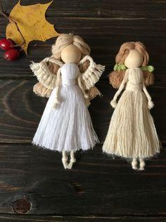 Macrame Wall Hanging Patterns, Macrame Patterns, Wool Dolls, Felt Dolls, Christmas Angel Crafts, Crochet Angels, Macrame Design, Macrame Projects, Fairy Dolls