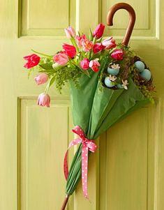 osterdeko ideen-haust r regenschirm-blumengesteck selbst gestalten Source by lornisoma - DIYEasterBunny DIYEasterChicks DIYEasterCookies DIYEasterDoor DIYEasterIdeas Spring Crafts, Holiday Crafts, Spring Door, Deco Floral, Floral Design, Floral Foam, Floral Theme, Graphic Design, Easter Crafts