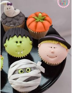 Halloween Themed Cupcakes Handcrafted celebration cakes, suitable for every occasion. Dollybird Bakes has a wide selection of bespoke cakes available from her studio in Cornwall. Gateau Halloween Cupcake, Halloween Desserts, Halloween Torte, Halloween Backen, Pasteles Halloween, Bolo Halloween, Hallowen Food, Halloween Food For Party, Halloween Cookies