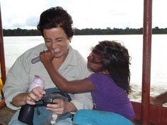 Estoy con Yolybel, en la canoa que recorre el Río Amazonas