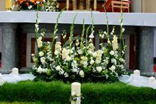 dekoracja ołtarza mieczyki lefkonia eustoma Large Flower Arrangements, Altar Flowers, Corpus Christi, Church Wedding, Ideas Para, Wreaths, Table Decorations, Plants, Google