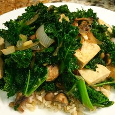 To be fit, you have to eat healthy! #kale #onion #garlic #ginger #mushroom #kale #tofu #brownrice #eatclean