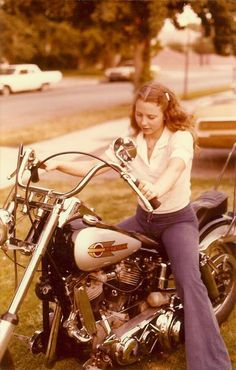 Cool pic! From the looks of the primary, it may be a Panhead or early Shovel.