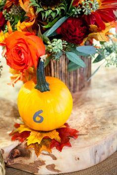 herbstlicher Blumenstrauß in kräftigen Farben-Tischdeko-Ideen zur Hochzeit
