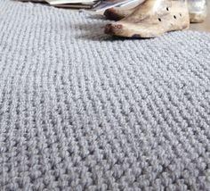 Parfait pour donner une ambiance très chaleureuse à votre intérieur, on craque pour ce modèle de tapis confortable tricoté en 'Phil-Express ', coloris Jean.Modèle N°5 du mini-catalogue N°602 : Automne/Hiver 2015, Spécial Déco.