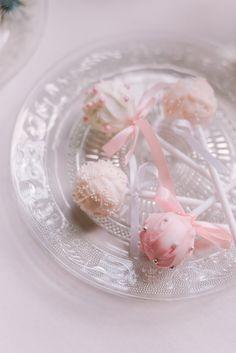 Verzierte Cake-Pops am Stiel, eine kleine süße Leckerei für zwischendurch. 😋🍡 (#Werbung wegen Verlinkung) Fotografie: Mareike Murray Konditorei: Tortenkreativ . . . #hochzeit #leckereien #süßigkeiten #cupcakes #hochzeitsinspiration #hochzeitstorte #hochzeitbraunschweig #braunschweig #verlobung #verlobungbraunschweig #hochzeit2020 #hochzeitslocationbraunschweig #hochzeitswerkstattbs #instahochzeit #hochzeitsdetails #heiraten #candybar Cake Pops, Blush, Cupcakes, Cake Shop, Wedding Cakes, Getting Married, Treats, Advertising, Creative