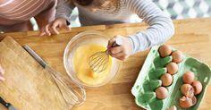 Préparer le goûter tous ensemble permet de joindre l'utile à l'agréable. Réalisez ces 4 recettes sucrées avec vos petits commis de cuisine !