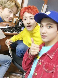 [Vyrl] NCT : #NCT_DREAM 의 '#뮤직뱅크' 컴백 무대 대기실 사진입니다! [#해찬] 앨범 받았어요 #런쥔 #RENJUN #제노 #