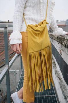 Manche Taschen sind Liebe auf den ersten Blick. Ein mal gesehen und nie wieder aus dem Kopf bekommen. Leider sagt der Kontostand wie immer strickt 'Nein' und der Lottogewinn winkt nicht gerade am Horizont … So blieb wie so oft nichts anderes übrig als mich an die Nähmaschine zu setzen und meine DIY Handtasche inspiriert von der Fringe Pouch von Bottega Veneta selbst zu nähen. Ich hoffe das Ergebnis gefällt euch genau so gut wie mir! Pouch, Bottega Veneta, Lifestyle, Bags, Diy Handbag, Long Fringes, Deutsch, Handbags, Sachets