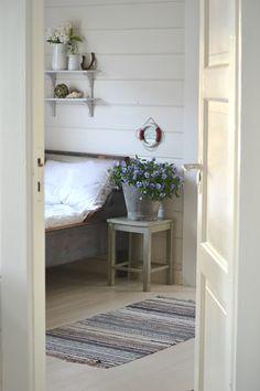 Slik ble det etter ommøbleringa i farfars gamle kontor i helga. Ei blå gammel bondeseng tok alt for stor plass i stua og måtte ut. Cottage Interiors, Cottage Homes, Cottage Design, Cottage Style, Beddinge, Estilo Cottage, Swedish Cottage, Beautiful Bedrooms, Home Bedroom