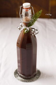 Homemade chocolate liqueur only takes 15 minutes! Chocolate liqueur can be consumed straight, as an after dinner drink rather than as aperitif. It can be used in mixed drinks and in desserts, especially in dessert sau Homemade Liqueur Recipes, Homemade Alcohol, Homemade Liquor, Cocktails, Party Drinks, Alcoholic Drinks, Beverages, Cocktail Recipes, Bartender Drinks