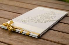 Álbum para noiva, em costura japonesa, confeccionado em linho, renda com detalhes em pérola. Miolo de papel vergê.