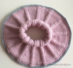 Denne halsen er så lett og enkel å strikke, samtidig som den er så utrolig nydelig! Med kun bare ... Baby Barn, Big Knit Blanket, Jumbo Yarn, Crochet For Beginners Blanket, String Bag, Crochet Diagram, Baby Knitting Patterns, Knitted Hats, Free Pattern