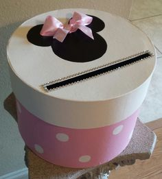 Boîte en carton de Minnie Mouse parfait pour une par JayLeeDesign Minnie Mouse Balloons, Minnie Mouse Theme Party, Minnie Mouse Birthday Cakes, Mickey Mouse Baby Shower, Mickey Y Minnie, Valentine Boxes For School, Valentines For Kids, Disney Valentines, Homemade Birthday