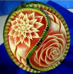 amazing food art on watermelon Veggie Art, Fruit And Vegetable Carving, Veggie Food, Watermelon Art, Watermelon Carving, Carved Watermelon, Watermelon Designs, Bonbon Fruit, Amazing Food Art