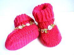 Chaussons bébé en acrylique rose fuchsia : Mode Bébé par creations-fait-main-divers