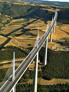 Viaduc de Millau. C'est le plus haut pont routier du monde. Situé dans le département de l'Aveyron, il franchit la valée du Tarn et culmine à 343 mètres.