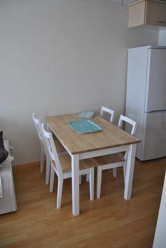 La mesa de patas blancas y sobre de madera de Romina: