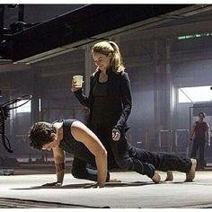 Shailene Woodley & Miles Teller onset of Divergent Divergent Theo James, Divergent Four, Divergent Trilogy, Divergent Insurgent Allegiant, Divergent Tattoo, Insurgent Quotes, Divergent Memes, Divergent Hunger Games, Divergent Fandom