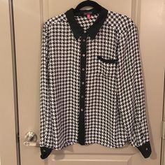 EUC Vince Camuto Houndstooth Blouse Fun black and white houndstooth button down from Vince Camuto. Looks almost new. 100% Polyester Vince Camuto Tops Button Down Shirts