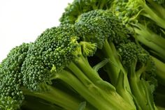 Do you know the health benefits of broccoli? Broccoli is a 'sister vegetable' of cauliflower and also it shows slight anti-allergic properties. Weight Loss Meals, Diet Plans To Lose Weight, Healthy Weight Loss, Reduce Weight, Losing Weight, Broccoli Health Benefits, Broccoli Juice, Weight Loss Diets, Salads