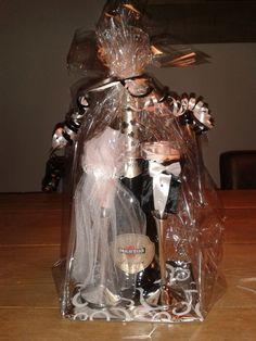 champagnefles met glaasjes in bruid en bruidegom (action)! leuk om cadeau te doen bij een bruiloft.