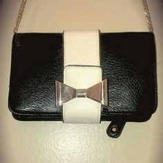 #Bow Crossbody/Clutch. Great #leather #clutch! 2 zipper compartments inside! #Gold removable# chain. Perfect for #date night!