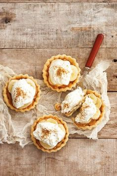 Super easy Banoffee tartlets: Baked pastry tart shells, fill with canned caramel, top with sliced bananas and whipped cream. Pastry Recipes, Tart Recipes, Sweet Recipes, Pie Dessert, Dessert Recipes, Tapas, Delicious Desserts, Yummy Food, Breakfast