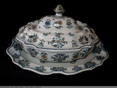 Grand légumier et son présentoir en faïence de Moustiers 18 ème siècle