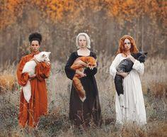 Anastasiya Dobrovolskaya est une jeune photographe basée à Moscou. Elle a décidé de capturer la beauté dans la diversité des animaux de la forêt, notamment avec un cliché phare de son projet. Intitulée Autumn Equinox, la photo est rapidement devenue virale sur les réseaux. On y voit trois femmes qui tiennent trois renards de couleurs différentes. Bien sûr, on remarquera les codes couleurs coordonnés, qui donnent à la photo toute son esthétique travaillée.