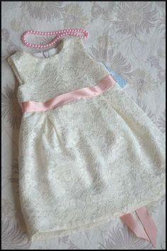 Ein elegantes Kleidchen für Ihre Prinzessin, sei es zur Taufe, zur Hochzeit oder noch zu einem anderem Anlass.    Das ganze Kleidchen ist aus Spitz...