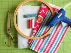 Learn how to make hoop organizers in minutes with this DIY tutorial. These organizers are perfect to tuck away your little things neatly and in style. You may use it to store you sewing or quilting supplies or anything else you wish. Yeast Biscuits, Scrap Material, Easy Diy Gifts, Working Area, Easy Diy Projects, Diy Tutorial, Face Masks, Cool Stuff, Stuff To Buy