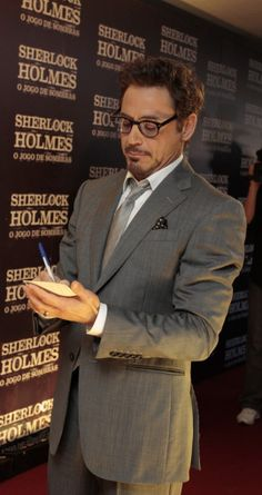 Robert Downey Jr. signing an autograph at Sherlock Holmes premiere