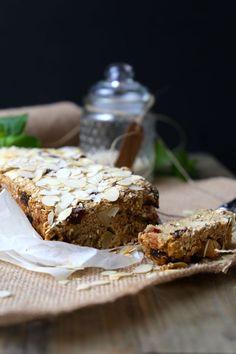 Havermoutbrood met appeltjes - THE POWER LOFT / Claudia Van Avermaet Healthy Snacks, Healthy Recipes, Morning Breakfast, Oatmeal Recipes, Group Meals, Banana Bread, Foodies, Deserts, Good Food