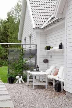 New England in Sweden When Anna, an architect, built her own house, she gave it in addition to its 37 windows and 8 skylights, a New England style suited to the Swedish landscape. Outside Living, Outdoor Living, New England Style Homes, Outdoor Spaces, Outdoor Decor, Terrace Garden, Garden Inspiration, Outdoor Gardens, Outdoor Furniture Sets