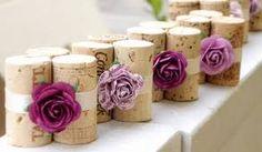 segnaposto matrimonio fai da te: tappi in sughero e roselline viola #sposifaidate