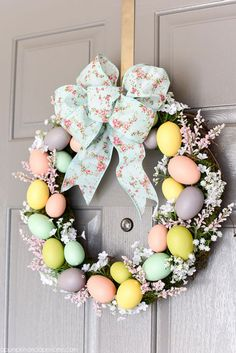 Bring in the cheerful vibe of Spring at your doorstep by putting up a DIY Spring wreath. Here are best Spring Wreath Ideas ideal for Spring & Easter season. Spring Decoration, Diy Easter Decorations, Easter Centerpiece, Thanksgiving Decorations, Decorating For Easter, Easter Wreaths Diy, Cheer Decorations, Wreaths Crafts, Colorful Centerpieces